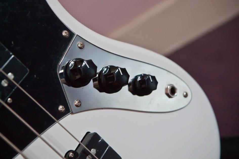 Регулировка бас-гитары