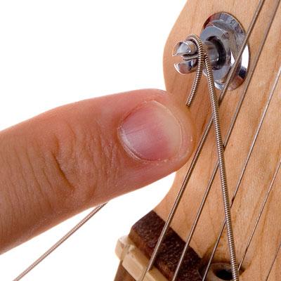 Как поменять струны на бас-гитаре